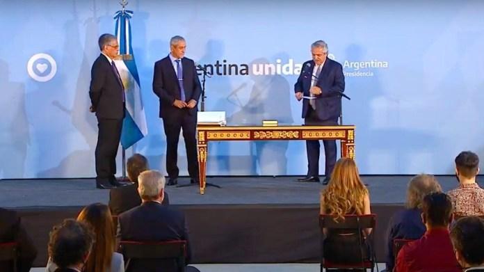 Alberto Ferández tomó juramento a Ferraresi tras una semana en el cargo