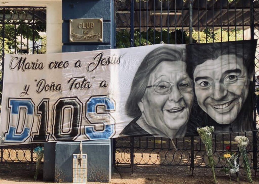 De Villa Fiorito a Nápoles, hinchas de fútbol despiden a su mayor exponente
