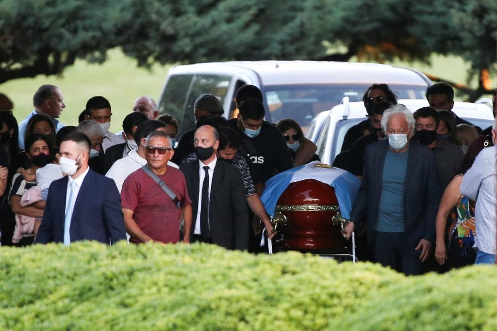 Tras un funeral histórico, Maradona fue despedido por su familia en una ceremonia íntima