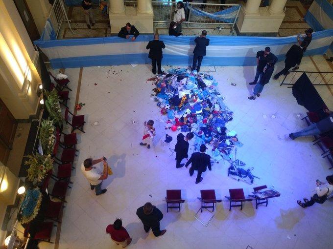 Tras los incidentes, retiraron el féretro con los restos de Maradona de la capilla ardiente