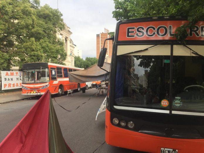 Transportistas escolares siguen bloqueando Gobernación y también cortaron accesos a La Plata