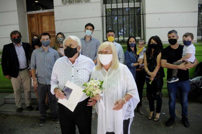 Rafael y Alicia fueron los primeros en casarse en La Plata tras la reapertura del Registro de las Personas. (Télam)