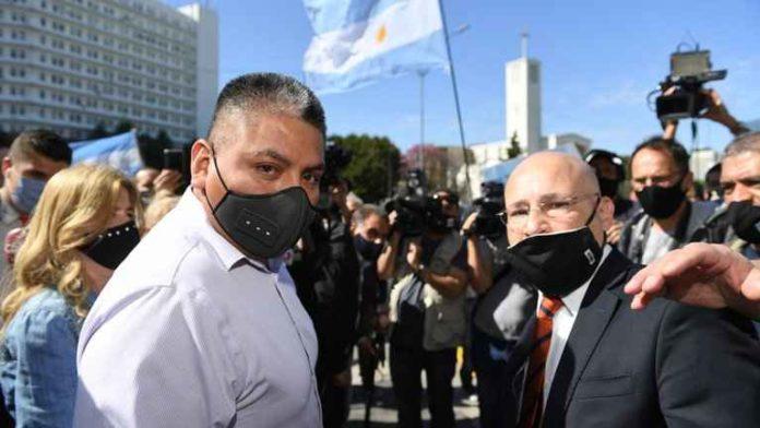 El policía Luis Chocobar junto a su abogado. El efectivo es juzgado por la muerte de un delincuente. (Télam)