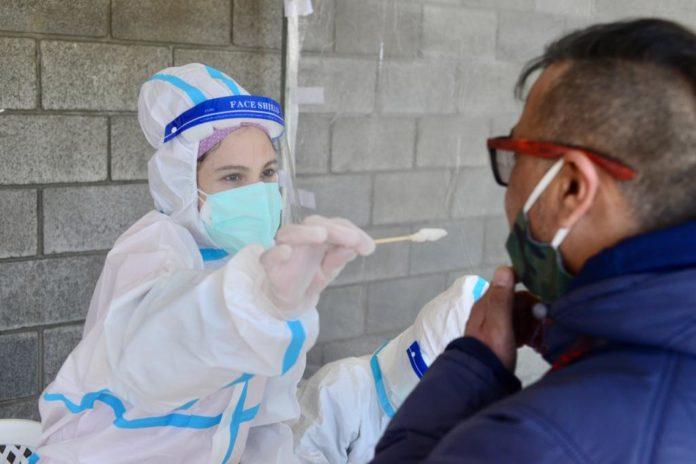 Caen el promedio de casos y el porcentaje de infectados activos de coronavirus