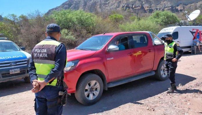 La Policía salteña lleva a cabo los peritajes en el lugar del accidente del helicóptero. (El Tribuno)