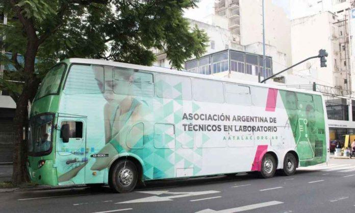 El laboratorio del Ministerio de Salud y Aatalac en su paso por General Pueyrredón. (La Capital)