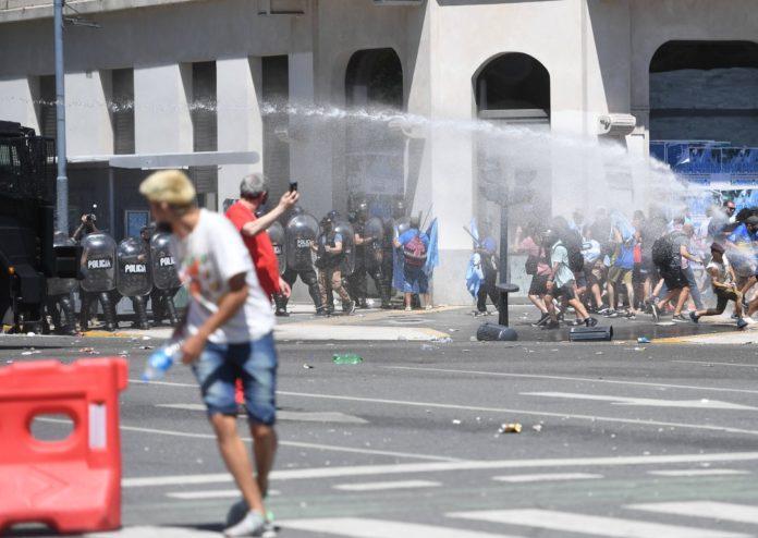 Después de que se intentara cerrar el ingreso al velatorio de Diego Maradona se registraron choques entre hinchas y la Policía de la Ciudad. (Télam)