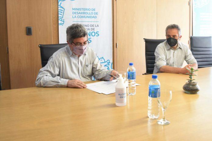 Los ministros Javier Rodríguez y Andrés Larroque renovaron el fideicomiso Fuerza Solidaria. (Prensa MDA)