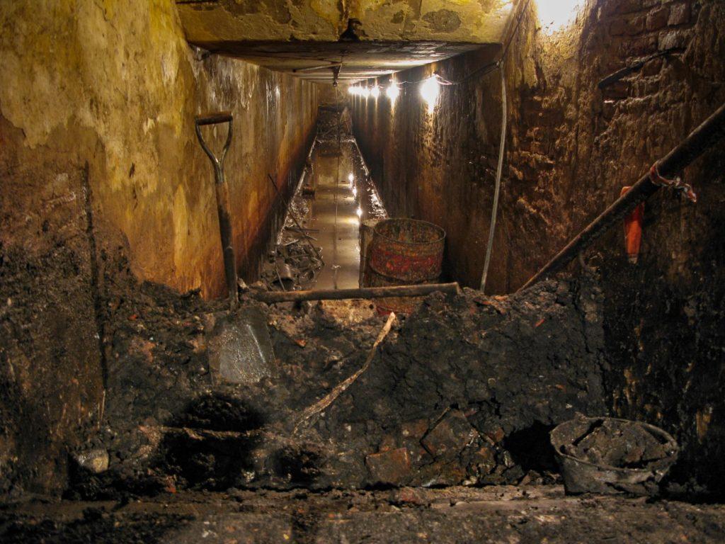 El túnel de Plaza Malvinas cuando se redescubrió en 2010. (Marcelo Metayer - DIB)