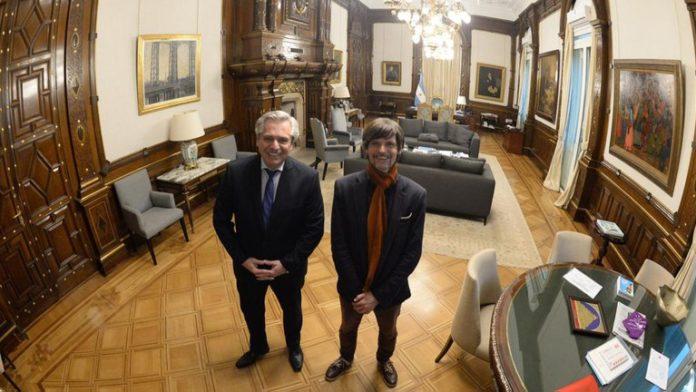 El presidente Alberto Fernández junto a Camilo Vaca Narvaja