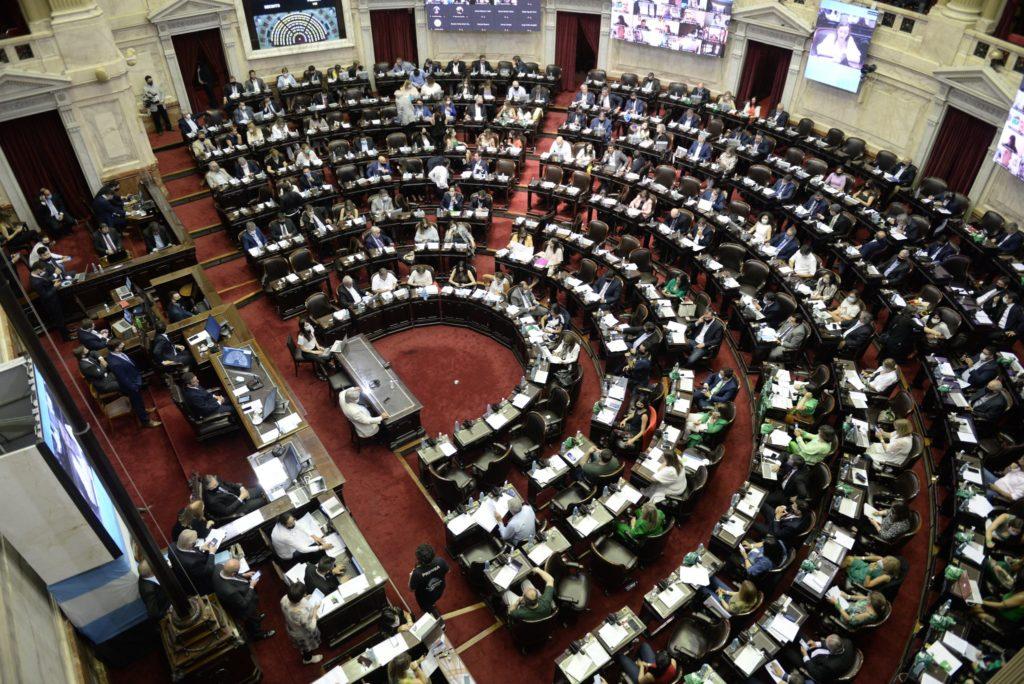 Con posturas marcadas pero sin escándalos, en Diputados continúa un extenso debate por el aborto