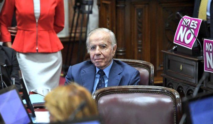 El expresidente Carlos Saúl Menem continuaba esta mañana estable y es controlado de manera permanente en la Unidad Coronaria del Sanatorio Los Arcos