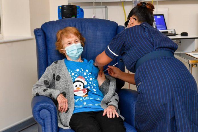 Una mujer de 90 años en el Reino Unido, la primera en aplicarse la vacuna de Pfizer