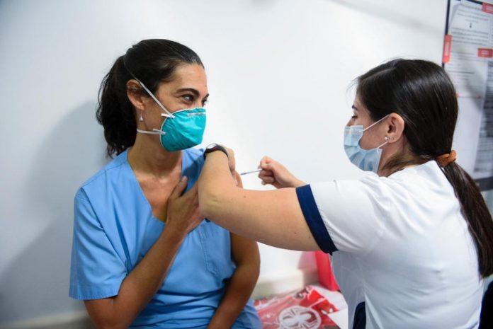 El plan nacional de inmunización contra el coronavirus comenzó este martes en todo el país a las 9