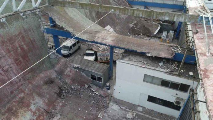 El depósito al descubierto tras la caída de gran parte del techo. (0223)