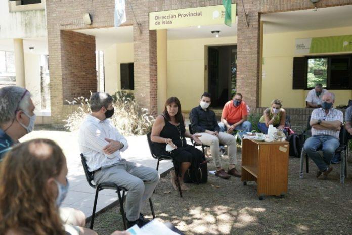 La ministra Teresa García reunida con isleños del Delta del Paraná. (Prensa Gobernación)