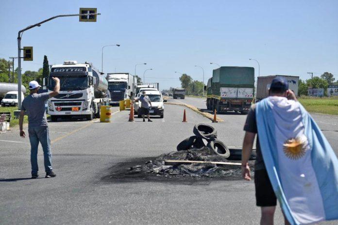 Transportistas independientes cortan rutas y frenan producción del centro del país