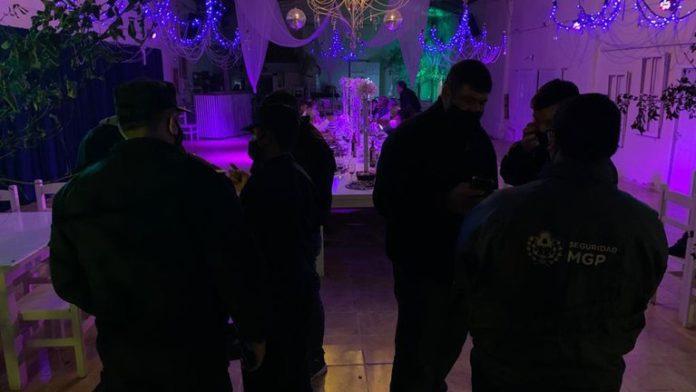 Insólito: participaban de una fiesta swinger y confundieron a policías con strippers