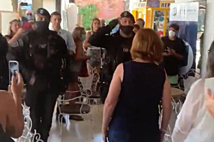 Desmienten que hayan sancionado a los policías que saludaron a Bullrich con una venia