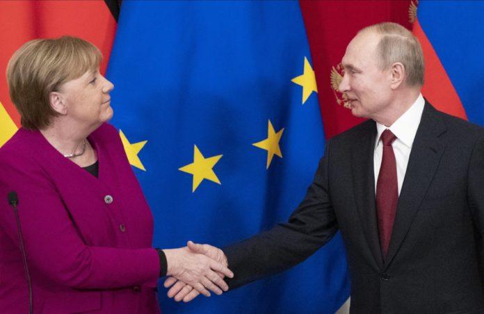 """Angela Merkel y Vladimir Putin hablaron de """"cooperación"""" y buscarán una forma de producir vacunas contra la Covid-19."""