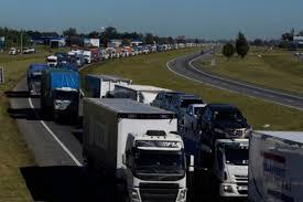 Transportistas levantaron cortes en autopistas pero volvieron a protestar en PBA