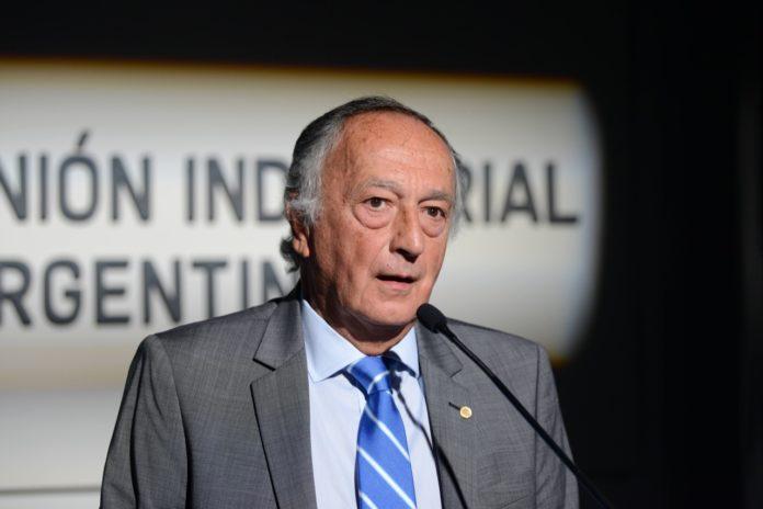Dura advertencia de UIA al Presidente por prorrogar la prohibición de despidos