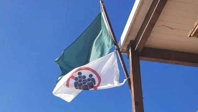 """La bandera de """"aglomeraciones"""" comenzó a usarse este verano en Punta del Este. (Twitter)"""