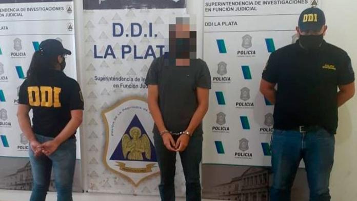 La detención de Juan Ignacio Buzali (centro) ayer por la tarde. (Policía Bonaerense)