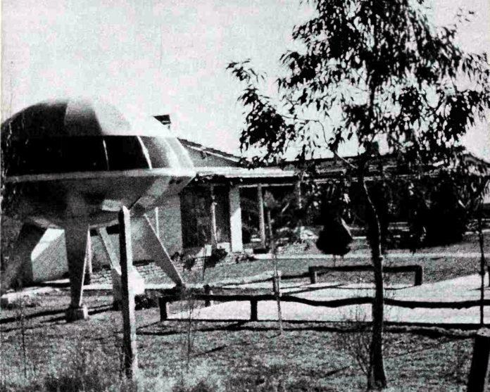 """La """"clínica ummita"""" en el kilómetro 77 de la Ruta 3. Al frente, la reproducción de un plato volador hecha """"por un viejito de una zinguería"""". (Imagen en """"Revelations"""", Jacques Vallée, 1991)"""
