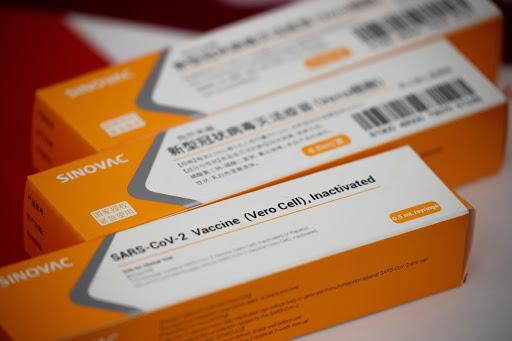 La vacuna, evaluada por la Anmat brasileña, fue desarrollada en China por el laboratorio Sinovac.