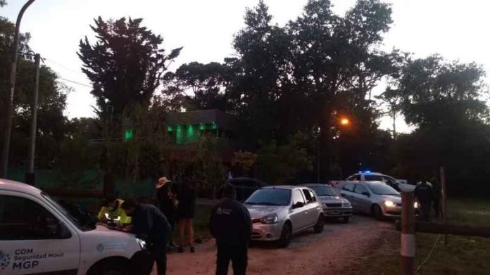"""El Gobierno bonaerense apela a la """"conciencia social"""" mientras se repiten los episodios de fiestas clandestinas como ésta desarticulada anoche en Mar del Plata. (0223)"""