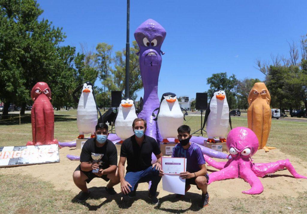 El intendente de La Plata, Julio Garro, con los ganadores del certamen de momos. (Facebook - Julio Garro)