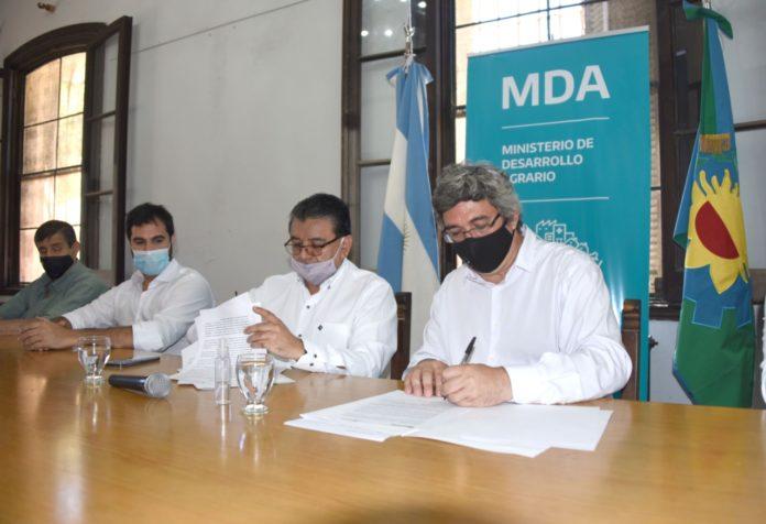 José Voytenco (Renatre) y Javier Rodríguez (Desarrollo Agrario) en el momento de la rúbrica. (Prensa MDA)