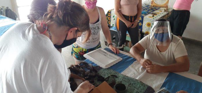 Las internas aprendiendo a realizar las pelucas para las pacientes oncológicas. (Prensa SPB)