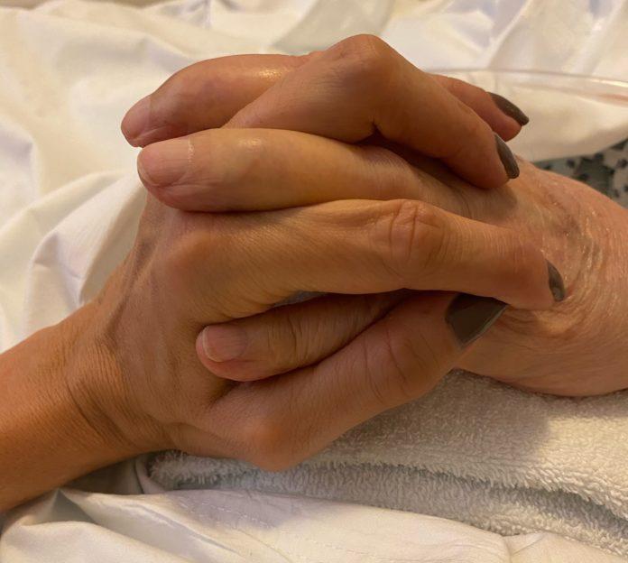 Padre e hija con las manos entrelazadas. Carlos Saúl Menem está internado desde hace semanas. (Twitter @zulemitamenem)