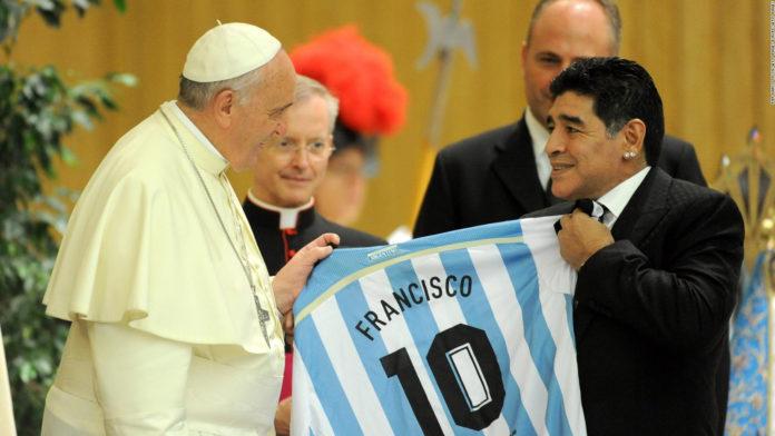 El papa Francisco se encuentra con Diego Armando Maradona en 2014.
