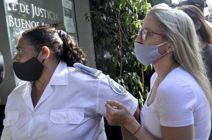 Carolina Piparo (derecha) ayer, al entrar en la sede judicial. (Telam)