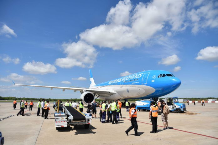 El vuelo AR1601 llegó al aeropuerto de Ezeiza una hora antes de lo previsto. (Telam)