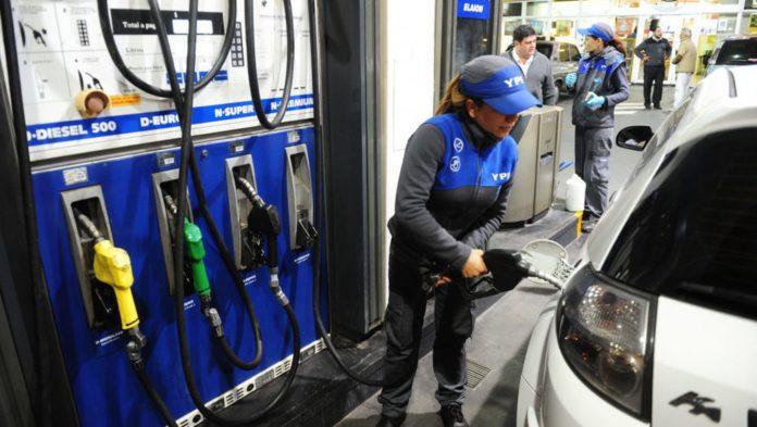 """Nuevo """"golpe al bolsillo"""" de los automovilistas: nafta y gasoil suben un 1,5% en YPF."""