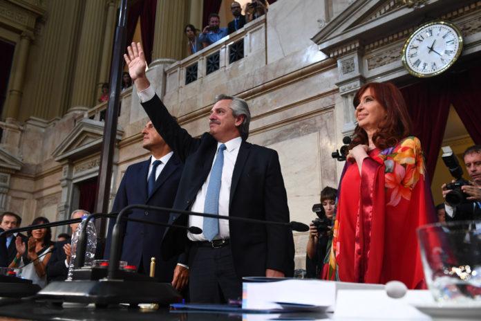 Fernández habla ante la Asamblea en medio de un clima caldeado