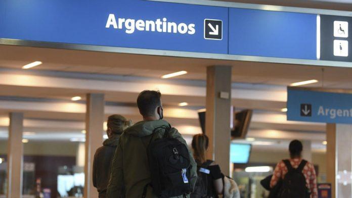 El Gobierno nacional prorrogó este lunes, hasta el 28 de febrero, el cierre de fronteras para extranjeros no residentes