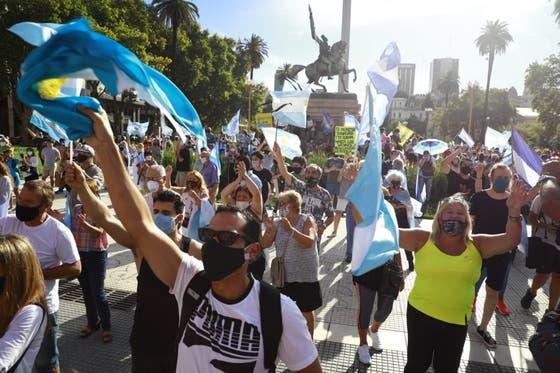 Protestas de tono opositor contra el escándalo del vacunatorio VIP en todo el país
