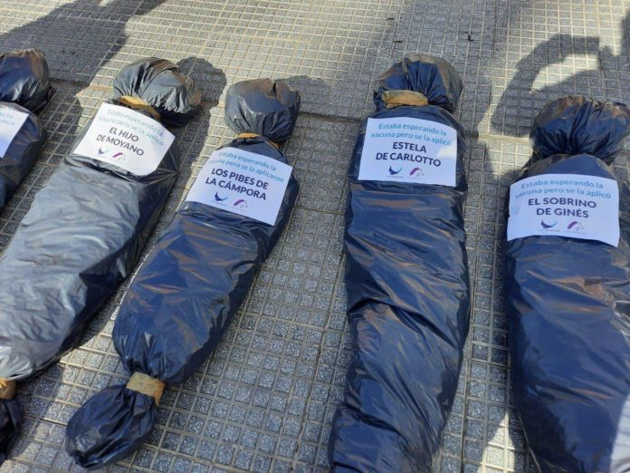 El uso de bolsas mortuorias con nombres de dirigentes causó rechazo