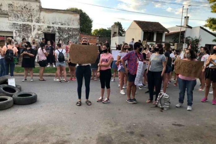 Femicidio de Úrsula: protestas en Conesa por la presencia de Martínez en la comisaría