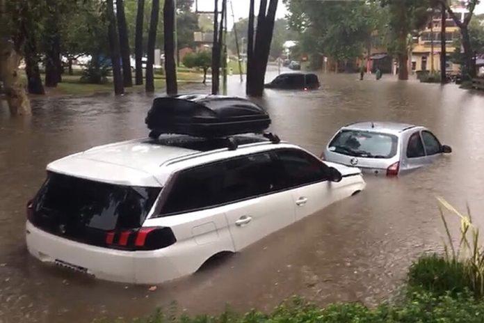 Calles anegadas y evacuados tras un fuerte temporal en Pinamar: cayeron 180 mm en 4 horas