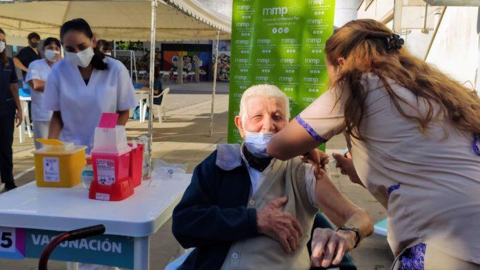 Tiene 101 años y fue a darse la vacuna contra el coronavirus en Marcos Paz