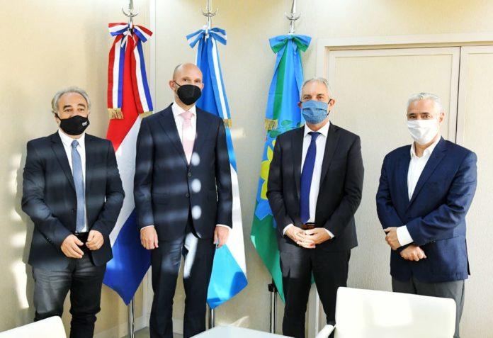 El ministro de Justicia y Derechos Humanos, Julio Alak, con representantes del Centro Ana Frank Argentina y la Embajada del Reino de los Países Bajos. (Prensa SPB)