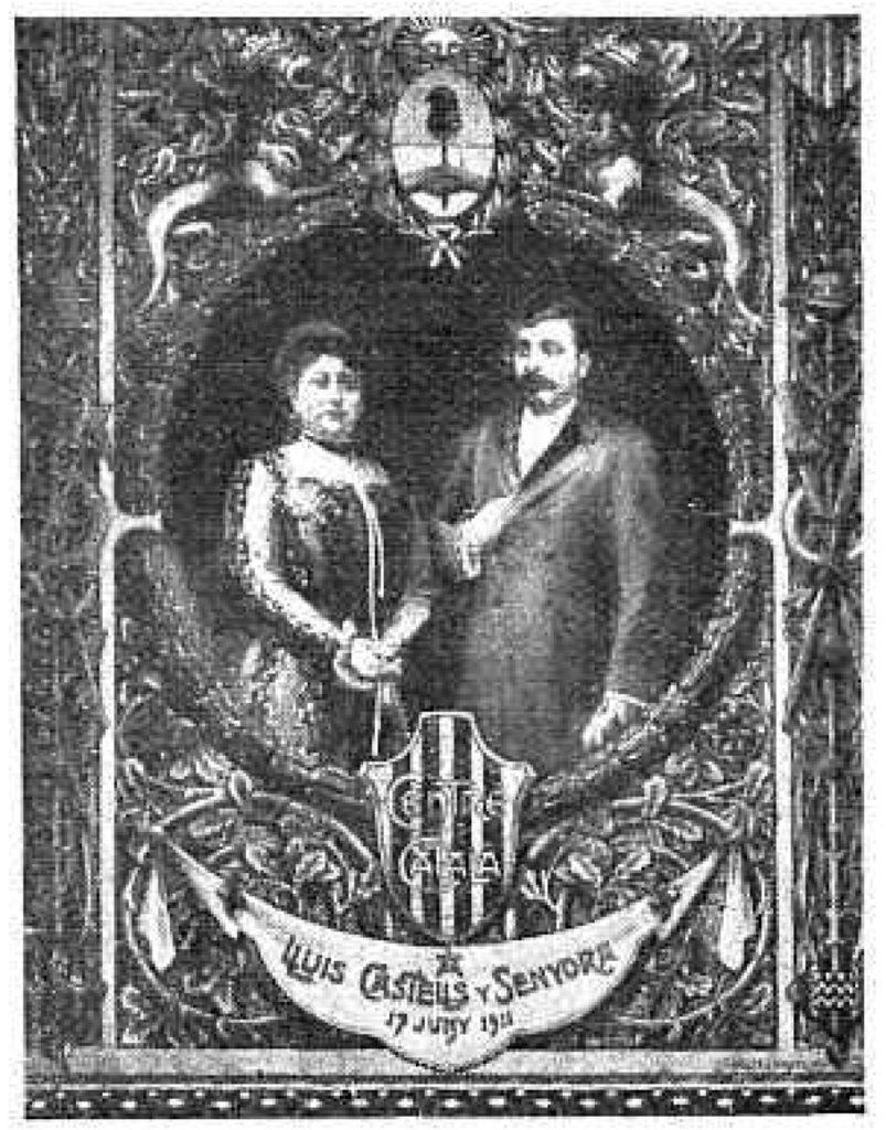 """Castells y su esposa, en un tapiz en el Casal de Cataluña en la Ciudad de Buenos Aires. (""""Caras y Caretas"""", 1911)"""