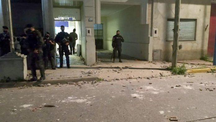 La comisaría de Rojas, tras los incidentes del lunes por la noche, cuando se conoció el femicidio de Úrsula Bahillo. (Twitter)