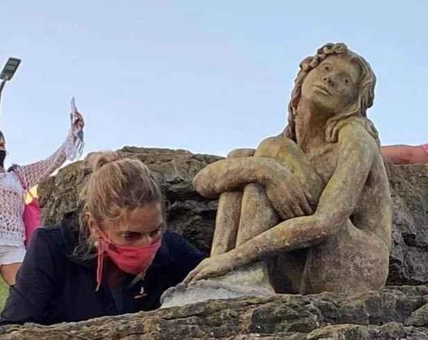 La estatua de Playa Chica en proceso de restauración. (La Capital)